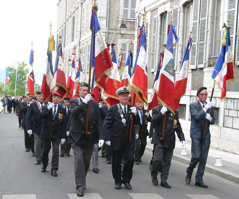 Une vue du défilé avec les porte drapeau des différentes associations.