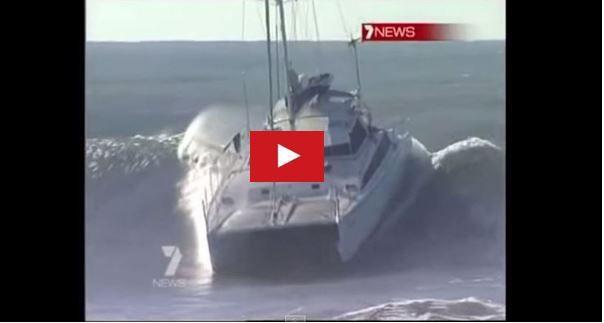 Vidéo - surfer sur une vague de 5m avec un catamaran de croisière