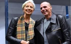 Braccio di ferro Lagarde-Varoufakis, la cravatta che li divide, il giubbino che li unisce