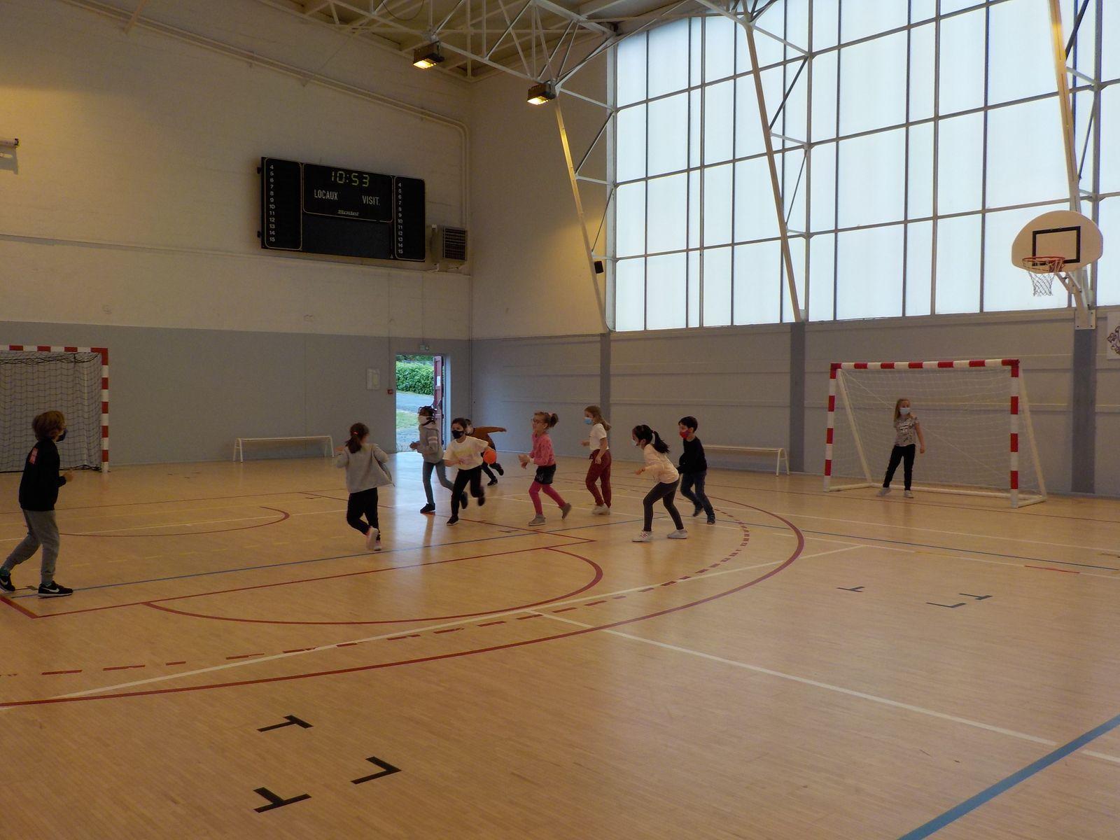 première séance de handball à l'école