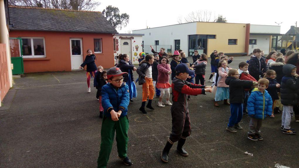 Petite démonstration de la danse apprise dans la journée!