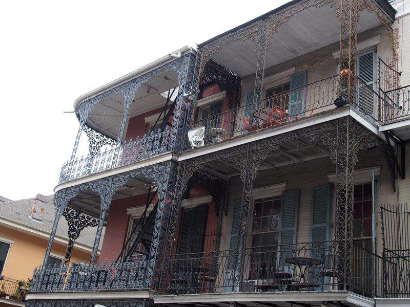 De magnifiques balcons en fer forgé.