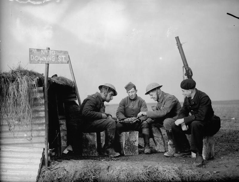 Le personnel britannique, de l'armée de terre et de l'armée de l'air française à l'extérieur d'un abri nommé '10 Downing Street' au bord d'un aérodrome, le 28 novembre 1939.