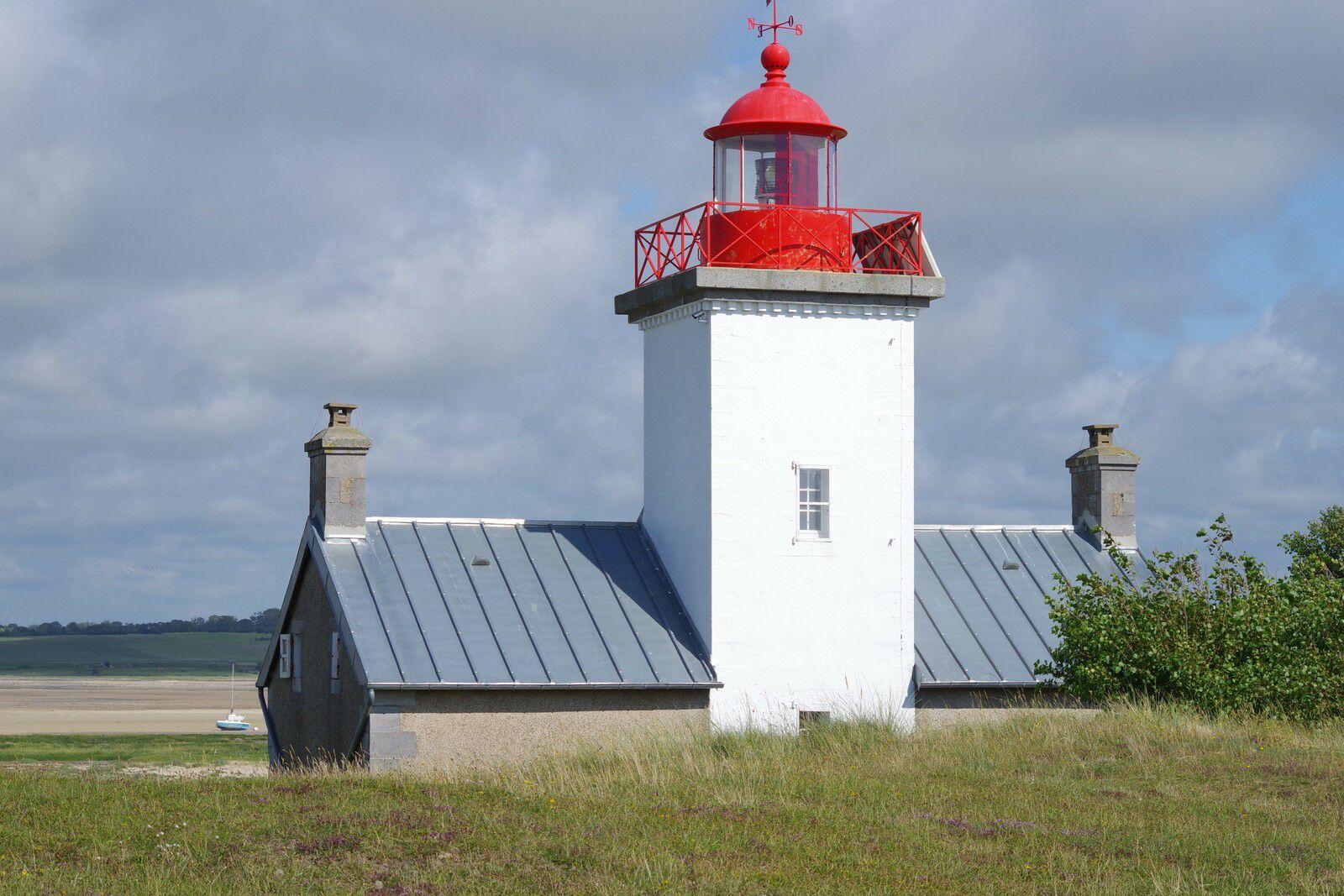 Phare de la pointe d'Agon construit en moellons et pierre de taille du pays et couvert de zinc pour le vent.