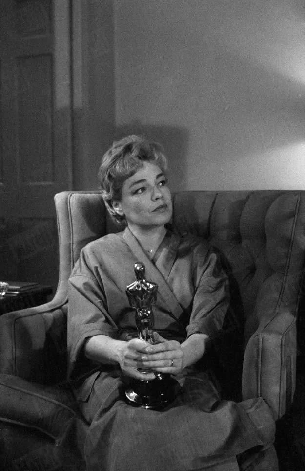 Simone Signoret dans sa chambre du Beverly Hills Hotel, au lendemain de sa victoire aux Oscars, en avril 1960. Charles Bonnay / Paris Match