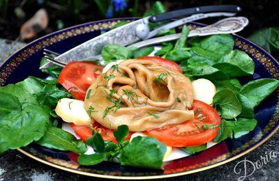 Raviole à la betterave rouge et speck, servie sur un lit de salade