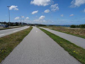 Approche et traversée de Cherbourg : voitures à gauche, vélos au milieu, piétons à droite.