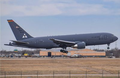 Boeing KC-46 Pegasus du 97th Air Mobility Wing (97 AMW) - 97th Operations Group (97 OG) - 56th Air Refueling Squadron (56ARS) - Special B-17 logo