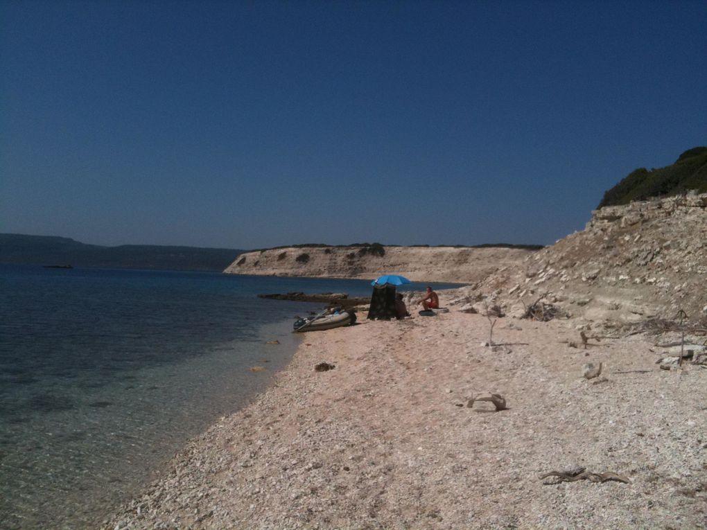 Août 2011. Oscar, Lisa & Gilles nous rejoignent à Lesbos. De Molivos, nous irons sur l'île d'Aspronisos, puis après un bref arrêt à Mitilène, une dernière halte à Plomari dans le Sud. Je repars ensuite seul vers Loutra.