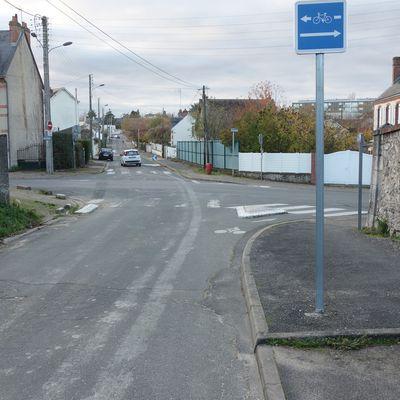 Conducteur prioritaire, ne vous laissez pas emporter dans le carrefour que coupe une voie de transit... (#ville2Blois)