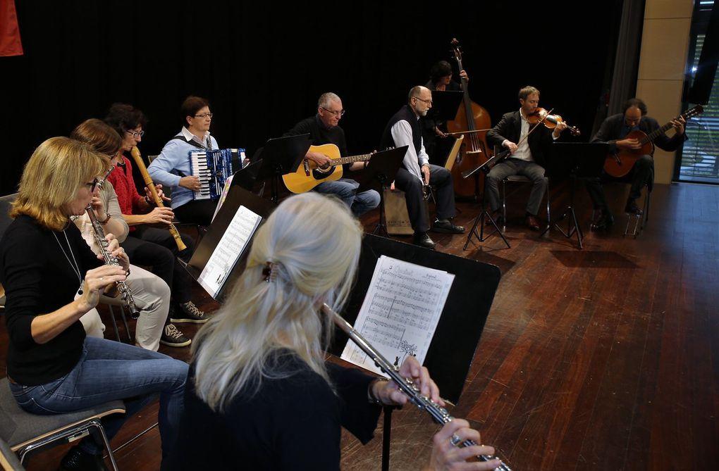 Die Erwachsenen-Folk-Band der Musikschule mit den Musiklehrern Andreas Franzky und Rainer Nürnberger setzte mit traditionellen Folk-Weisen einen stimmungsvollen Schlusspunkt des gelungenen Nachmittags.