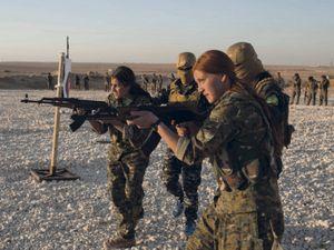 Résistance de femmes kurdes membres des Unités de protection des femmes (YPG)
