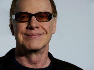 danny elfman, un compositeur américain de musique de films ancien leader du groupe de rock et de new wave oingo boingo