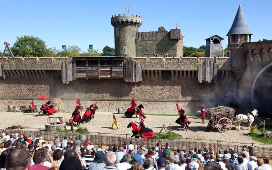 Les spectacles du Puy du Fou mettent en scène des animaux lors de représentations souvent grandiloquentes.