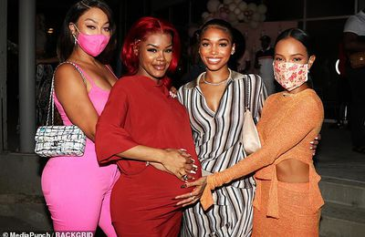 Teyana Taylor, enceinte, berce un ensemble tout rouge alors qu'elle pose avec son copain Karrueche Tran à sa fête de naissance