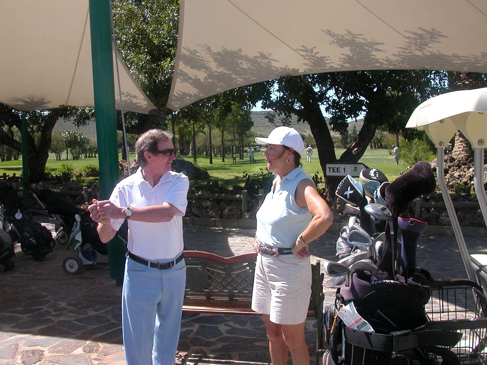 Bill Williams explique à notre Lady secretary comme faire un bon back swing !!