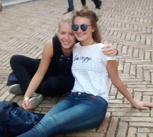 Lotte und Julie auf der Piazza in Siena