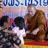 Vu au temple (21-08) - Noy et Gilbert en Thaïlande