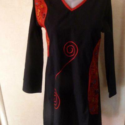 tunique noir et rouge