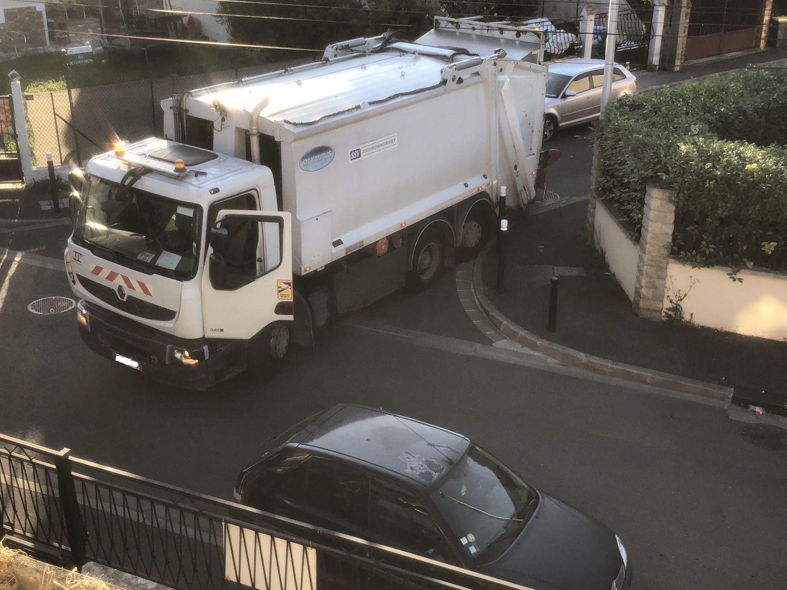 Facilitons le travail des éboueurs en stationnant correctement à Aulnay-sous-Bois !