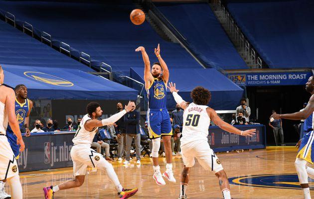 Steph Curry dépasse Wilt Chamberlain et devient le meilleur marqueur de l'histoire des Warriors