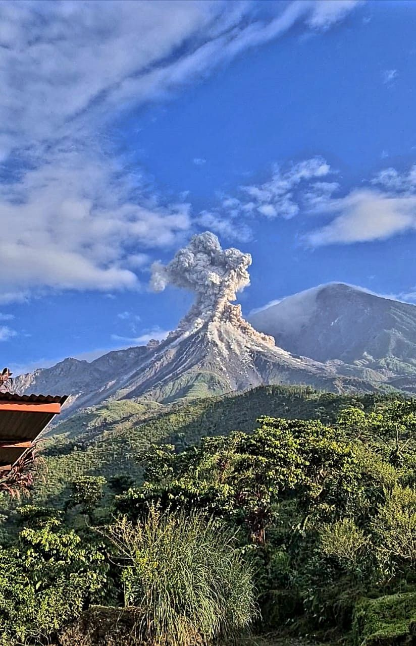 Santiaguito -16.11.2020 - explosion and pyroclastic flows at the Caliente dome - photo Edgar Cabrera, COLRED Finca El Faro