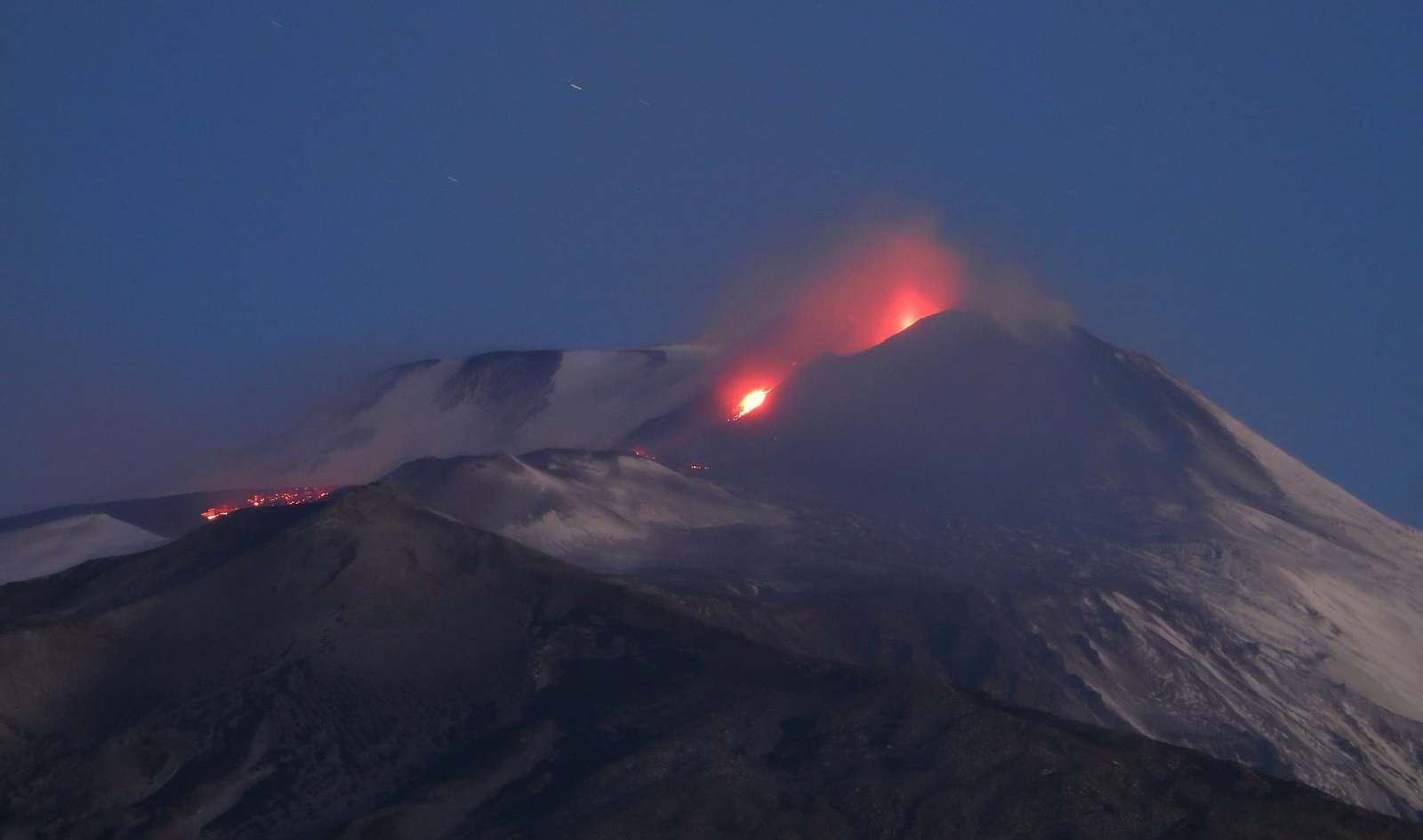 Etna de Tremestieri Etnéo (south ethnean slope), weak Strombolian activity and several incandescent points along the lava flow towards the southwest - photo Boris behncle 14.12.2020 early morning