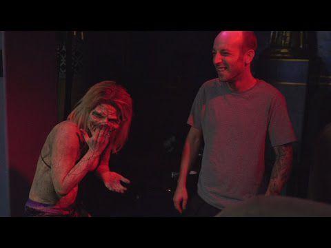 Des hotesses d'un club de strip se transforment en zombies