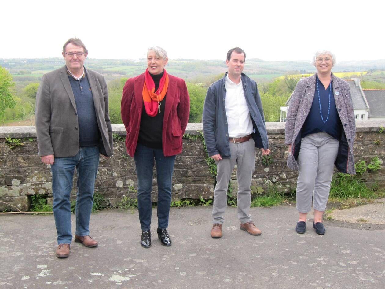 Guy Pennec, Joëlle Huon, Pierre Le Goff et Nathalie Bernard, ici à l'ancienne école du Kermeur, à Plougonven.   OUEST-FRANCE
