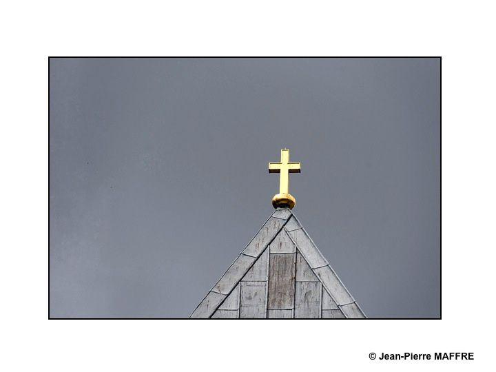 Joyau de l'art gothique en France, tant pour son architecture que pour sa statuaire qui ne compte pas moins de 2303 statues, la Cathédrale de Reims est inscrite, au patrimoine mondial de l'UNESCO depuis 1991. A la suite des bombardements de la Première Guerre mondiale, la cathédrale a été restaurée sous la direction de l'architecte Henri Deneux avec l'aide de mécènes américains comme les Rockefeller.