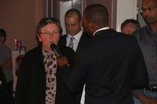 Notre présidente Jocelyne MAILLET répond aux questions du maître de cérémonie, David FELIX, champion du monde de karaté