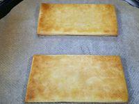 4 - Mélanger la ciboulette ciselée dans votre purée bien chaude et mettre le tout dans une poche à douille. Sortir les rectangles feuilletés du four, la pâte doit être bien dorée. Les placer sur une assiette de service et disposer rapidement sur le feuilleté une couche de pommes chaudes, une couche de boudin et terminer en répartissant des noisettes de purée chaude sur l'ensemble à l'aide de la poche à douille.