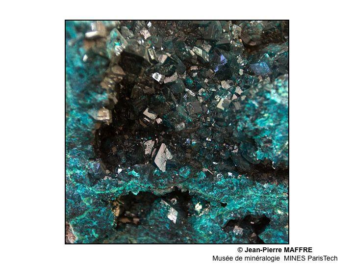 L'école des Mines recèle des richesses insoupçonnées. Ses collections de minéraux, par leurs formes, leurs couleurs et leurs effets de diffraction de la lumière nous entraînent dans un monde fantastique mais bien réel.