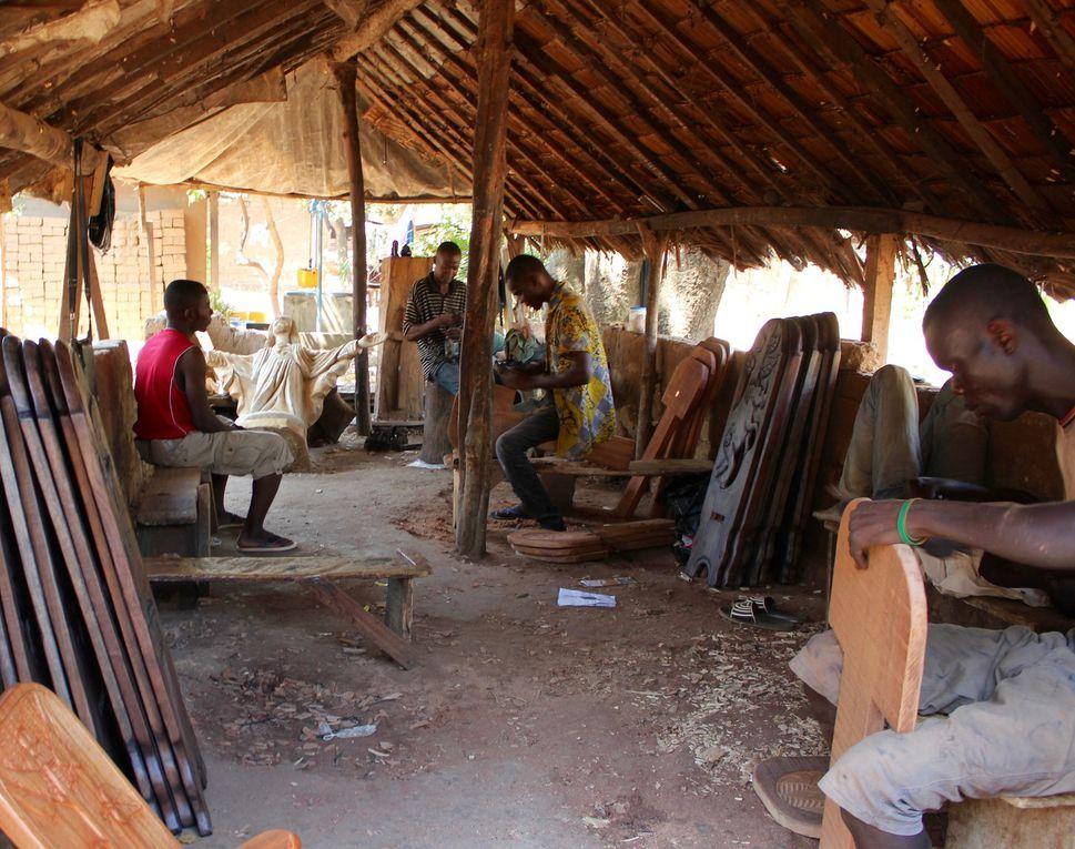 Les artisans centrafricains travaillent très bien le bois. Et ce, avec des outils rudimentaires.