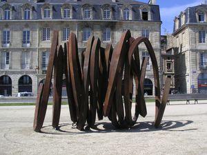 Bernar Venet L'exposition de douze sculptures monumentales de l'artiste français Bernar Venet se déploie dans les principaux sites de l'espace public de Bordeaux.