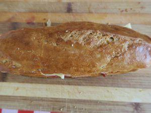 Sandwichs knack a la poitrine fumée, sauce tomate et cheddar