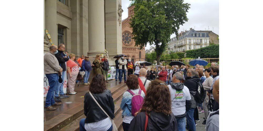 Environ 150 salariés de l'usine Knorr de Duppigheim étaient rassemblés devant le tribunal judiciaire de Strasbourg où avait lieu une première audience ce lundi 5 juillet. Le site, qui doit fermer d'ici la fin 2021, emploie 261 salariés. Photo DNA