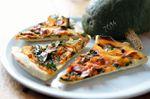 Pizza au potimarron vert [kabbocha hokkaïdo vert], roquette, jambon sec et fromage frais de brebis