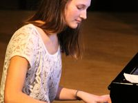 """Am Klavier glänzten auch noch andere Solisten. So heimste Julie Lehner zunächst mit """"Moderato"""" von Karsten Stracke viel Beifall ein, um dann zusammen Allegra von Bosse vierhändig bestens zu harmonieren beim Spiel des raffinierten Stückes """"Lesor"""" von Michael Proksch. Allegra von Bosse offenbarte daneben ihr musikalisches Talent, als sie später das aus ihrer Feder stammende Lied """"Once Again"""" als Sängerin zum Besten gab und sich dabei selbst an der Gitarre begleitete."""