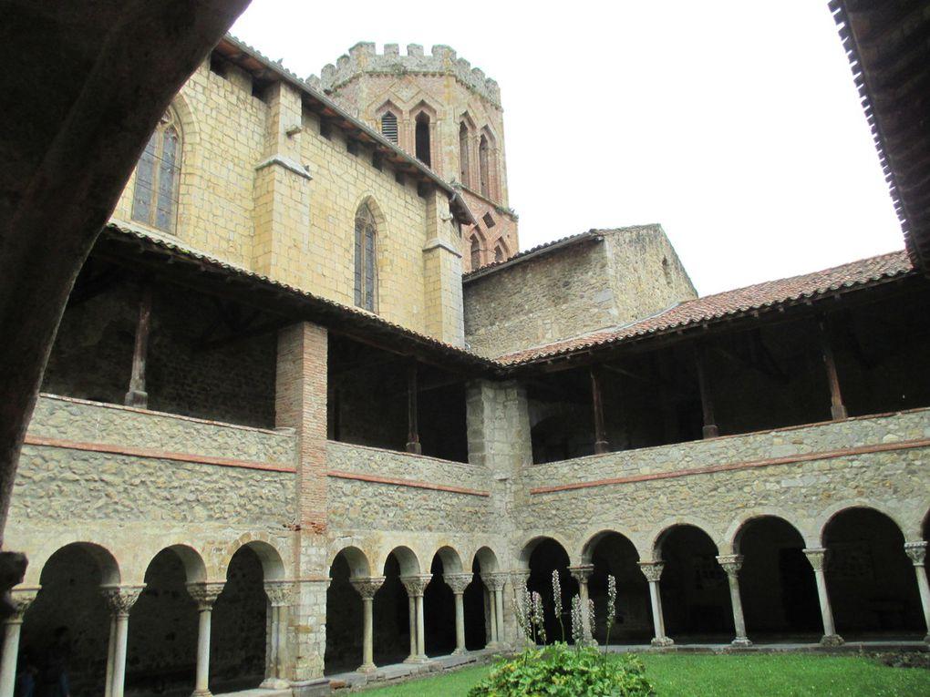 Chemin de croix (chapelles) à Reynaude Première neige sur les sommets Eglise fortifiée de Montjoie XII siècle