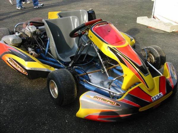 """<p><font color=""""#0000ff""""><strong>Kart D&eacute;couverte 2005 sur le circuit d'Angerville organis&eacute; par KartMag.</strong></font></p>"""