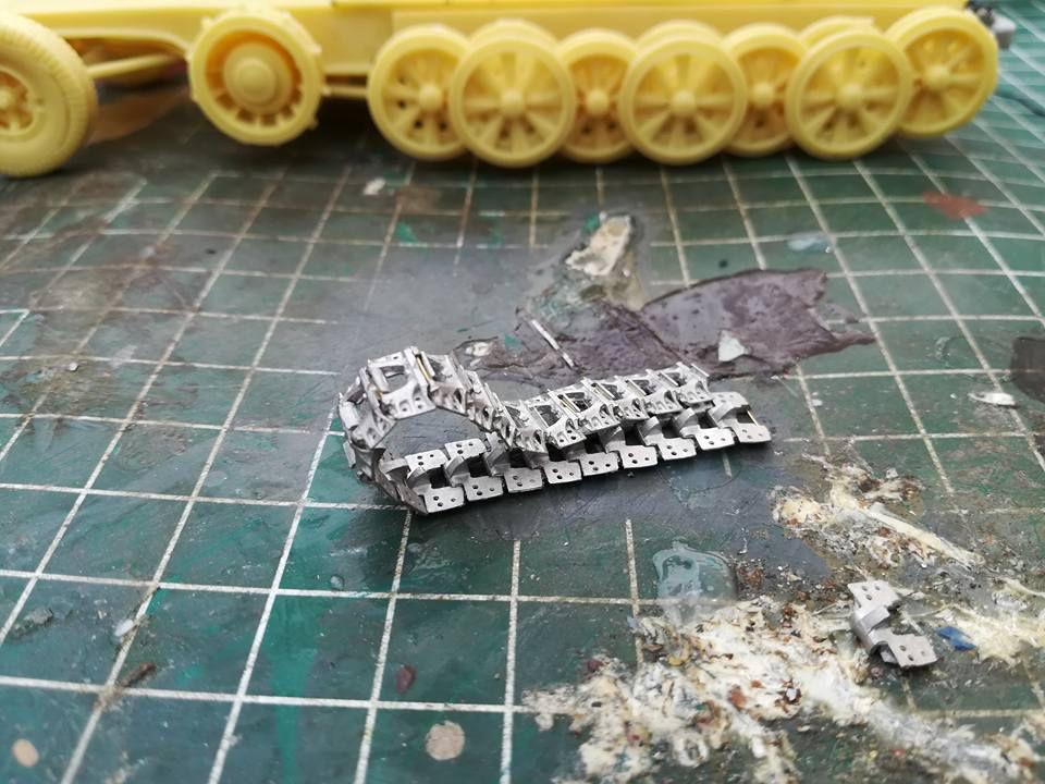 Diaporama 2 : le montage des chenilles, un travail de patience...