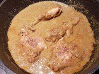 """5 - Verser en fin de cuisson la """"picada"""" dans la poêle, puis rajouter les langoustines, mélanger, laisser mijoter quelques minutes pour terminer la cuisson du poulet et servir immédiatement avec un accompagnement de votre choix, ici des pommes de terre grenailles."""