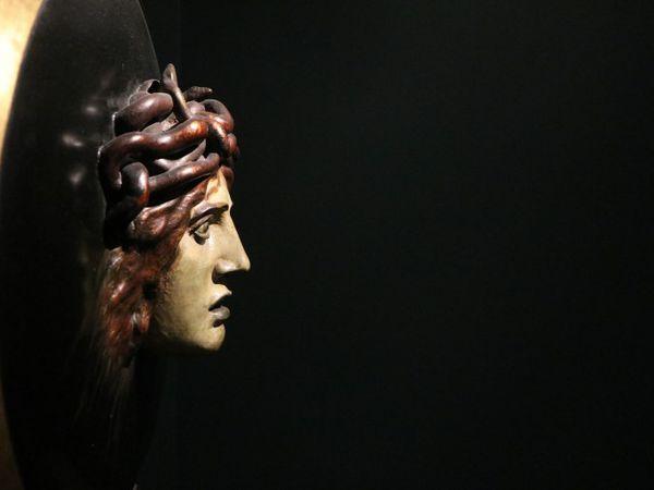 Bouclier avec le visage de Méduse (1897) Arnold Böcklin (1827-1901) Musée d'Orsay (Paris) Le symbolisme et l'Art nouveau réactualisent le mythe de Méduse en recomposant le masque terrifiant que la Grèce exhibait, en guise de protection, au fronton des temples comme sur le bouclier d'Athéna. Cette tête pétrifiante voit-elle sa propre mort en face ? Est-elle confrontée à celle qui, invisible à nos yeux, se jouerait derrière le dos du spectateur ?  Ce bouclier avec le visage de Méduse (1897) par Arnold Böcklin est un relief en papier mâché peint et doré conservé au musée d'Orsay.