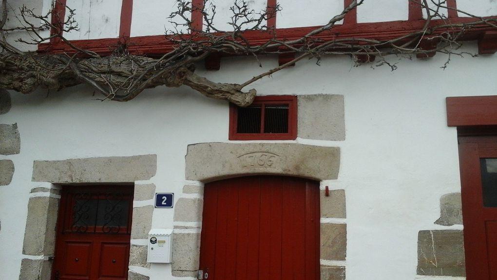 Cette maison date, comme vous pouvez le voir, de 1766. Ce que l'histoire ne dit pas c'est l'âge de la glycine qui a pris ses aises sur la totalité de la façade et même sur le côté de la maison.