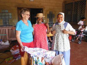 Une amie d'Amour et Partage dans le Doubs a des talents de couturière. Louis et Marie-Aimée sont arrivé à Madagascar les valises pleines de superbes habits pour les enfants handicapés. Les enfants expriment leur joie.
