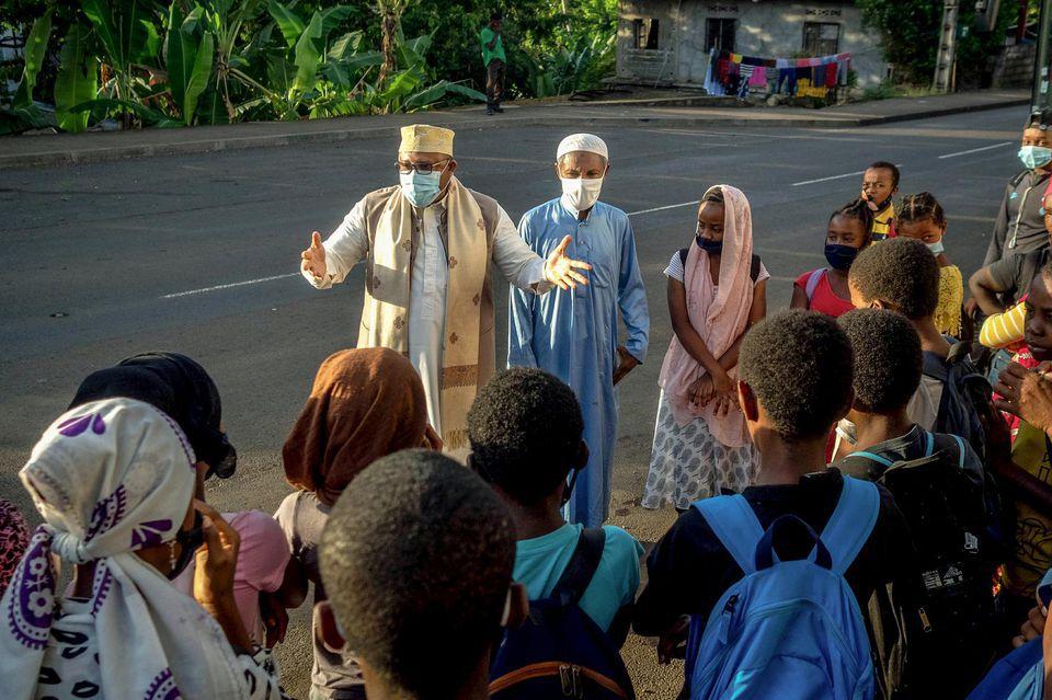 Un cadi en train d'exhorter des collégiens à Mayotte.