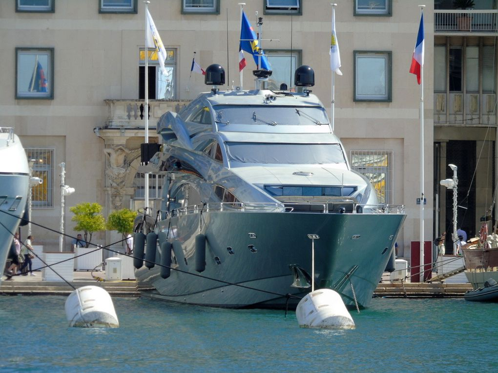SMOOTH  OPERATOR , à quai au carré du port de Toulon le 30 mai 2017