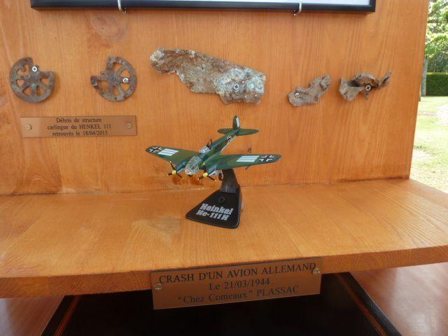 """Le militaire sur la photo est Patrick Salvany. Le plus de cette cérémonie... """" Philippe Morini, chercheur de l'Allier, spécialisé sur les crashs d'avions allemands s'était déplacé sur Plassac à plusieurs reprises, en effet le 21 mars 1944, un avion école allemand """" Heinkel 111 """" avait été abattu par un avion américain """" North Américan P 51 """" (2 morts et des blessés) s'écrasant au lieu-dit """" Cormeau """". P.Morini avait trouvé deux ou trois fragments sur le site du crash et avait rencontré l'auteur de Culture-Histoire qui lui avait donné des informations. Ainsi ce 8 mai 2015 il a été question de cet avion allemand. Certes les nations civilisés opposées à un monstre, avaient eu à combattre des hommes et des femmes qui étaient engagés au côté de ce dictateur nazi. Beaucoup d'Allemands n'avaient pas souhaité cela, il faut aussi savoir que ce monstre nazi avait fait périr 700 000 de ses  concitoyens. """" La souffrance a été partout """". Rendons un hommage important à nos libérateurs, dont de trop nombreux sont """" Morts pour la France et la liberté """"."""