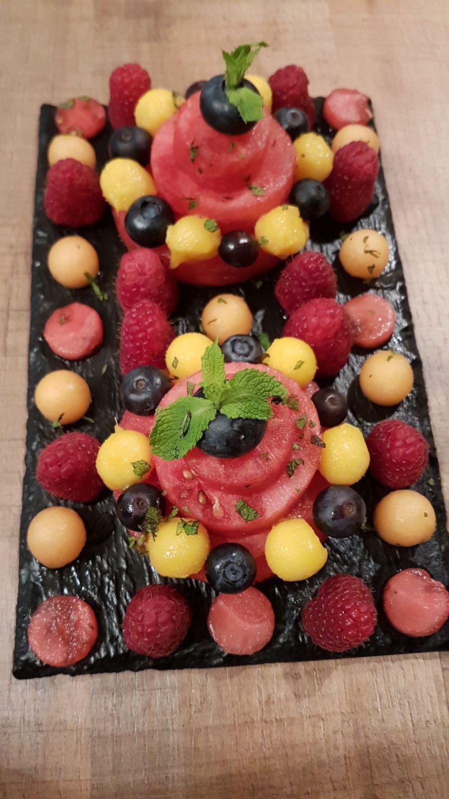 Ingrédients mis en oeuvre : pastèque, billes de melon, billes de mangue, framboises, myrtilles, menthe fraîche